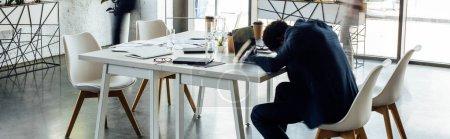 Photo pour Plan panoramique de l'homme d'affaires afro-américain dormant sur la table au bureau - image libre de droit
