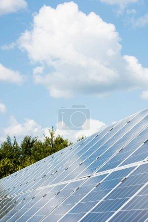 Photo pour Ciel nuageux et batteries bleues d'énergie solaire avec l'espace de copie - image libre de droit