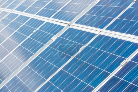 Photo pour Batteries d'énergie solaire bleue avec espace de copie à l'extérieur - image libre de droit