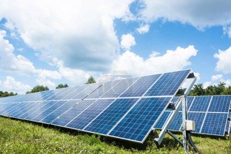 Foto de Baterías de energía solar azul con espacio de copia y cielo nublado - Imagen libre de derechos