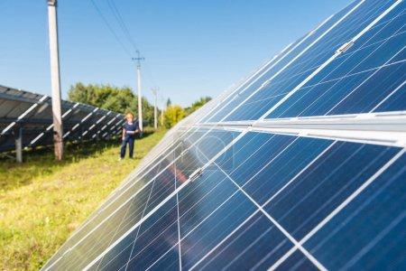 Photo pour Mise au point sélective des batteries d'énergie solaire avec espace de copie - image libre de droit