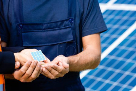 Photo pour Vue recadrée de l'ingénieur et tenant modèle de batterie solaire - image libre de droit