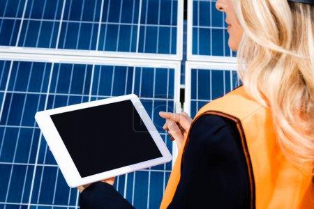 Foto de Vista recortada de la mujer de negocios en chaleco de seguridad que sostiene la tableta digital con espacio de copia - Imagen libre de derechos