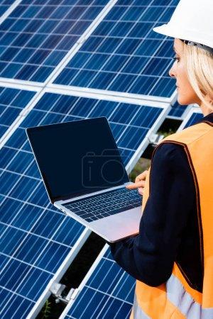 Foto de Vista recortada de la mujer de negocios en el ordenador portátil chaleco de seguridad con espacio de copia - Imagen libre de derechos