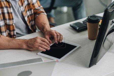 Foto de Vista recortada del programador usando una tableta digital mientras se sienta en el lugar de trabajo - Imagen libre de derechos