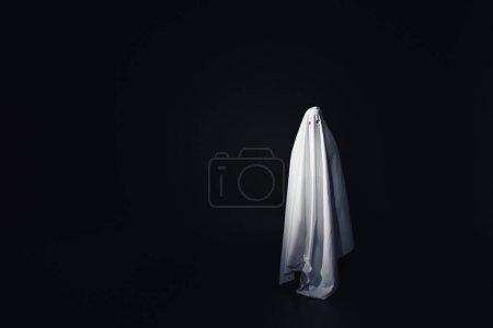Photo pour Fantôme effrayant en drap de lit blanc isolé sur noir avec espace de copie - image libre de droit