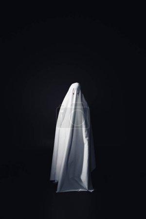 Photo pour Horrible fantôme en drap de lit blanc isolé sur noir avec espace de copie - image libre de droit