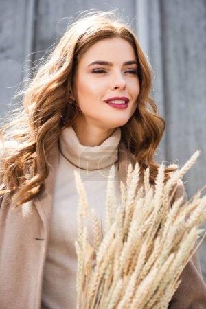 Photo pour Femme attirante dans les pointes de fixation de manteau et regardant loin - image libre de droit
