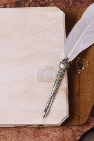 Foto de Vista superior de la punta metálica en la página en blanco del cuaderno - Imagen libre de derechos