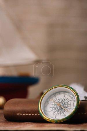 Photo pour Boussole près du livre de copie en cuir avec espace de copie - image libre de droit