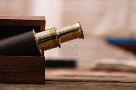 Photo pour Télescope brun et doré dans la boîte en bois ouverte - image libre de droit