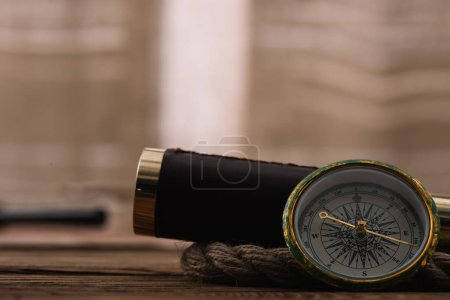 Photo pour Vue rapprochée de la boussole près du télescope et du câble de corde sur la table en bois - image libre de droit