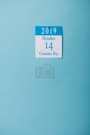 Foto de Calendario de papel blanco con la inscripción del Día de Colón aislada en azul - Imagen libre de derechos