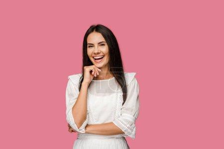 Photo pour Femme heureuse touchant le visage et riant d'isolement sur le rose - image libre de droit