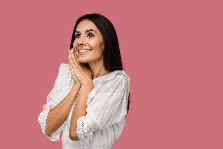 Foto de Mujer alegre y soñadora con vestido blanco aislado en rosa - Imagen libre de derechos