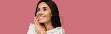 Photo pour Plan panoramique de femme gaie et rêveuse isolée sur rose - image libre de droit