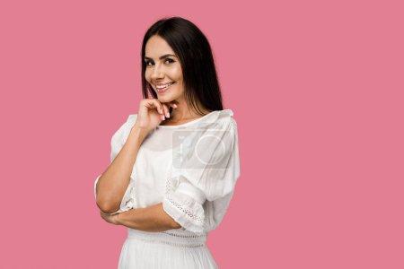 Photo pour Femme heureux dans la robe regardant l'appareil-photo d'isolement sur le rose - image libre de droit