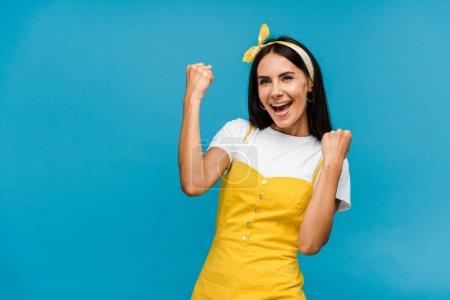 Photo pour Femme excitée dans le bandeau gesticulant isolé sur le bleu - image libre de droit