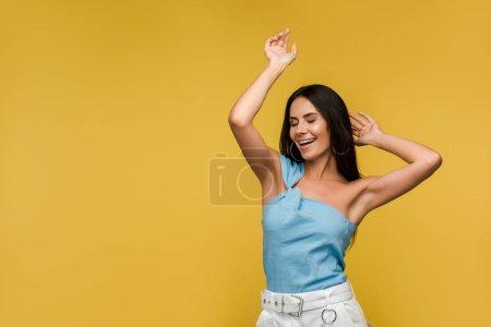 Foto de Joven alegre con los ojos cerrados gesturing aislado en naranja - Imagen libre de derechos