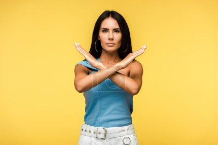 Photo pour Femme attirante affichant le signe d'arrêt avec des mains d'isolement sur l'orange - image libre de droit