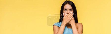 Photo pour Plan panoramique de jeune femme stressée couvrant la bouche isolée sur orange - image libre de droit