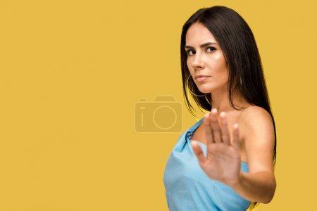 Photo pour Foyer sélectif de femme affichant le signe d'arrêt d'isolement sur l'orange - image libre de droit
