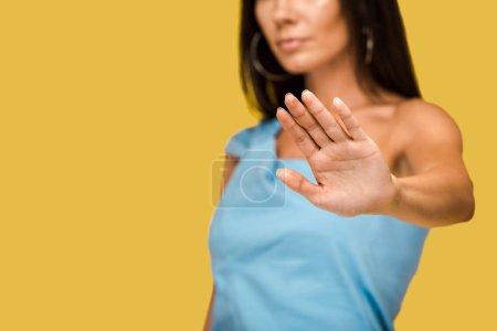 Photo pour Vue recadrée de femme affichant le signe d'arrêt d'isolement sur l'orange - image libre de droit