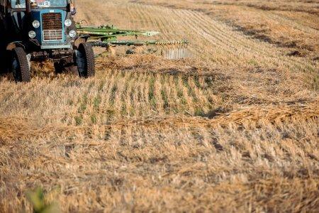 Photo pour Orientation sélective du tracteur moderne sur le champ de blé - image libre de droit