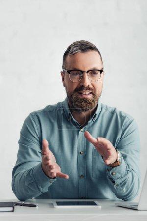 Photo pour Beau homme d'affaires en chemise montrant geste et regarder la caméra - image libre de droit