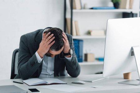 Photo pour Homme d'affaires fatigué dans l'usure formelle s'asseyant à la table dans le bureau - image libre de droit