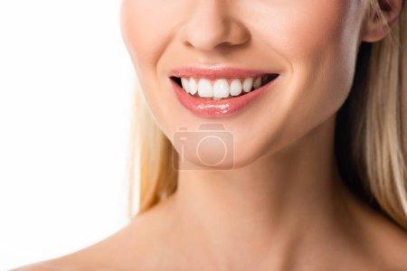 Photo pour Vue partielle de la femme blonde souriante avec des dents blanches isolées sur blanc - image libre de droit