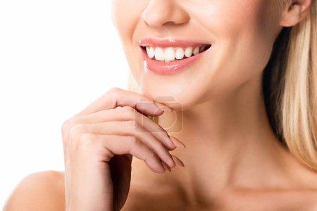 Photo pour Vue partielle de la femme de sourire nue avec les dents blanches d'isolement sur le blanc - image libre de droit