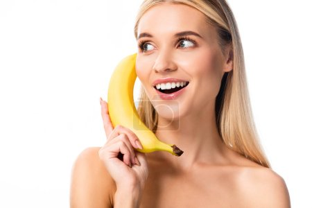 Foto de Hermosa mujer desnuda sonriente con plátano cerca de la cara aislada en blanco - Imagen libre de derechos