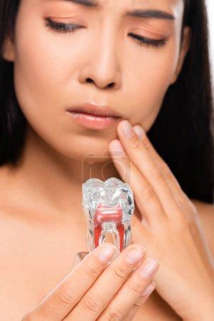 Photo pour Foyer sélectif de la femme nue triste avec le modèle de dent de fixation de mal de dents - image libre de droit