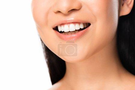 Photo pour Vue recadrée de belle femme asiatique avec des dents blanches d'isolement sur le blanc - image libre de droit