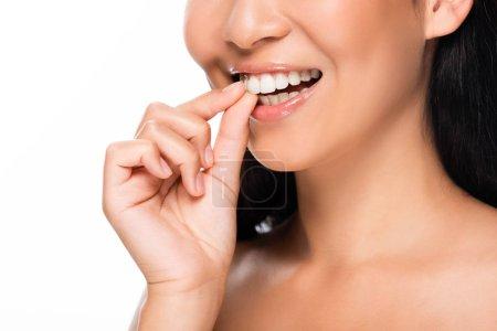 Photo pour Vue recadrée de belle femme asiatique affichant des dents blanches d'isolement sur le blanc - image libre de droit
