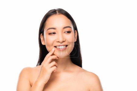 Photo pour Belle femme asiatique de sourire avec des dents blanches regardant loin d'isolement sur le blanc - image libre de droit