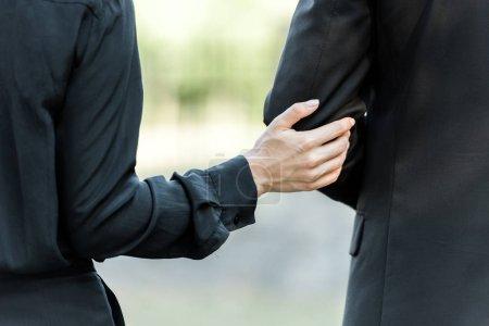 Photo pour Vue recadrée de la main touchante de femme sur l'homme sur l'enterrement - image libre de droit
