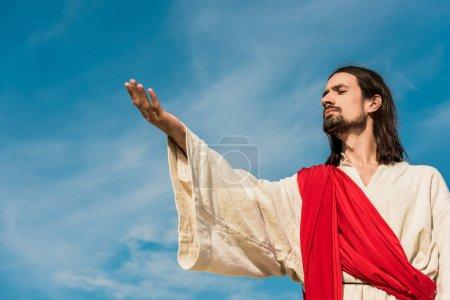 Photo pour Vue à angle bas de l'homme barbu avec la main tendue - image libre de droit
