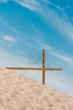 Photo pour Croix en bois sur sable doré dans le désert - image libre de droit