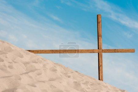 Photo pour Croix en bois sur sable doré et ondulé dans le désert - image libre de droit