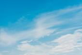 """Постер, картина, фотообои """"белые облака на голубом небе с копировальной копией пространства"""""""