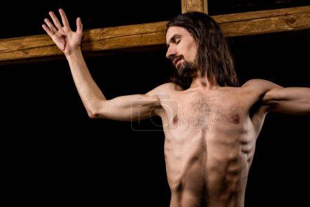 Photo pour Jésus avec les yeux fermés crucifiés sur la croix en bois d'isolement sur le noir - image libre de droit