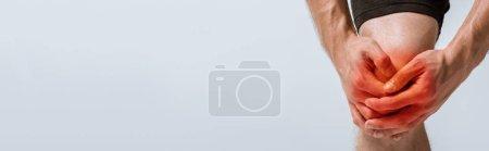 Photo pour Tir panoramique d'un sportif avec douleur au genou isolé sur le gris - image libre de droit