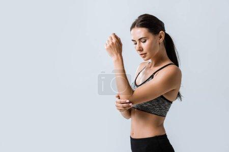 Photo pour Attrayant sportif avec douleur au coude isolé sur gris - image libre de droit