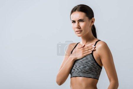 Photo pour Insatisfait belle brune sportive en tenue de sport isolée sur gris - image libre de droit