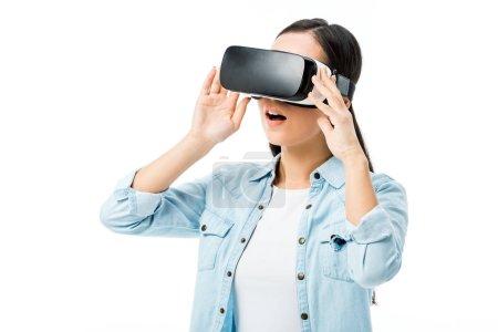 Photo pour Femme choquée en chemise denim avec casque de réalité virtuelle isolé sur blanc - image libre de droit