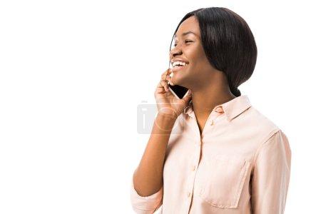 Photo pour Souriant afro-américaine parler sur smartphone isolé sur blanc - image libre de droit
