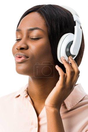 Photo pour Africaine américaine écoutant de la musique avec des écouteurs isolés sur blanc - image libre de droit