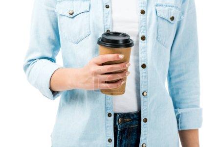 Photo pour Crocheté vue d'une femme en chemise en denim tasse de papier isolée sur blanc - image libre de droit